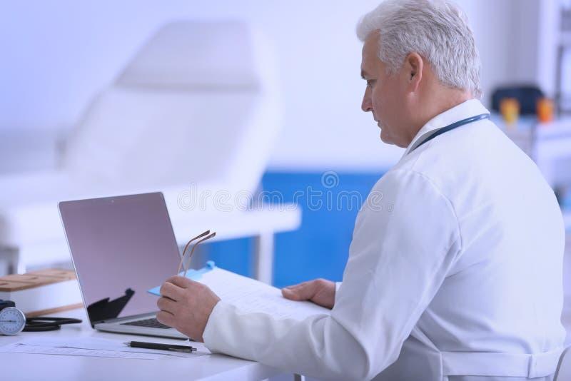 Αρσενικός γιατρός στην κλινική εργασίας στοκ εικόνα με δικαίωμα ελεύθερης χρήσης