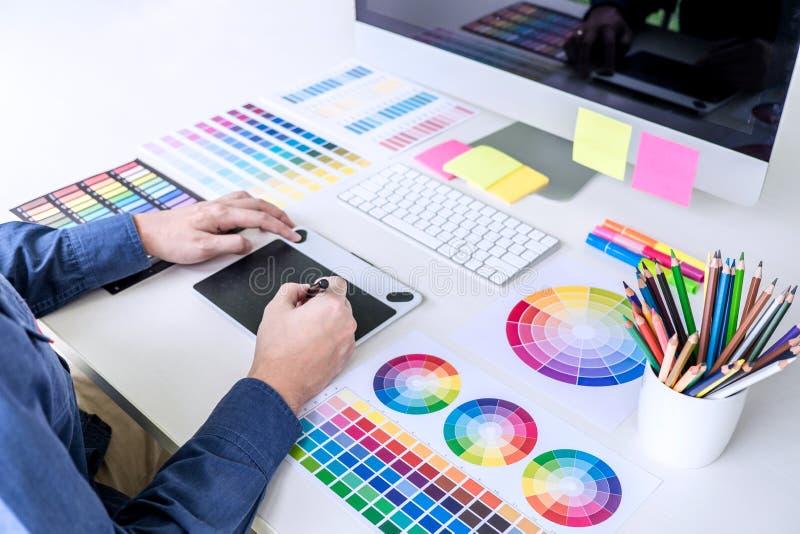 Αρσενικός δημιουργικός γραφικός σχεδιαστής που εργάζεται στην επιλογή χρώματος και ομο στοκ φωτογραφία με δικαίωμα ελεύθερης χρήσης