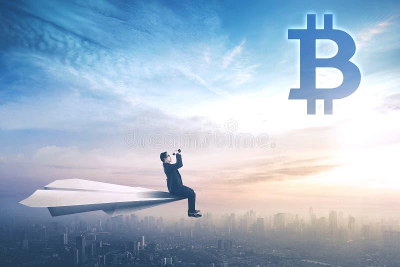 Αρσενικός διευθυντής που εξετάζει το σύμβολο bitcoin στοκ εικόνες με δικαίωμα ελεύθερης χρήσης