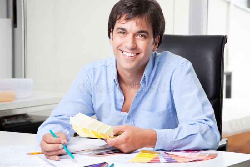 Αρσενικός εσωτερικός σχεδιαστής στο γραφείο στοκ φωτογραφία με δικαίωμα ελεύθερης χρήσης