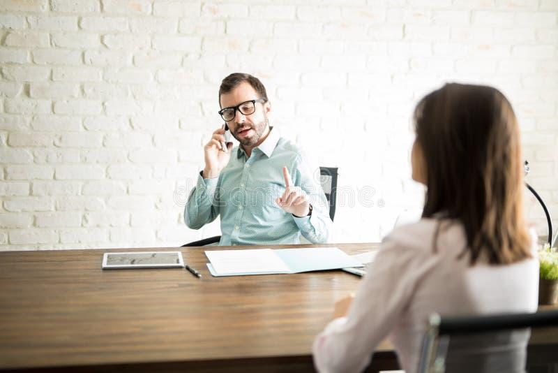 Αρσενικός κύριος κάνοντας πελάτης να περιμένει στοκ εικόνα με δικαίωμα ελεύθερης χρήσης