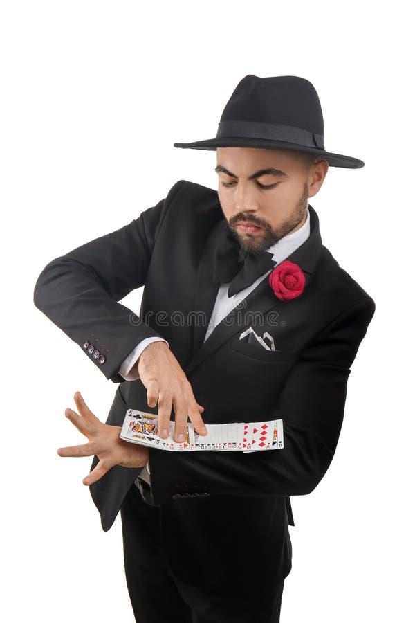 Αρσενικός μάγος που παρουσιάζει τεχνάσματα με τις κάρτες στο άσπρο υπόβαθρο στοκ εικόνες με δικαίωμα ελεύθερης χρήσης