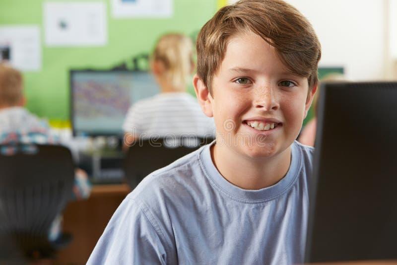 Αρσενικός μαθητής δημοτικού σχολείου στην κατηγορία υπολογιστών στοκ εικόνες με δικαίωμα ελεύθερης χρήσης