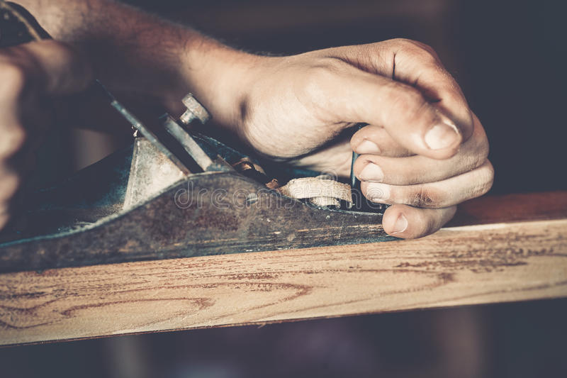 Download Αρσενικός ξυλουργός στην εργασία Στοκ Εικόνα - εικόνα από κατασκεύασμα, παραγωγή: 62706631
