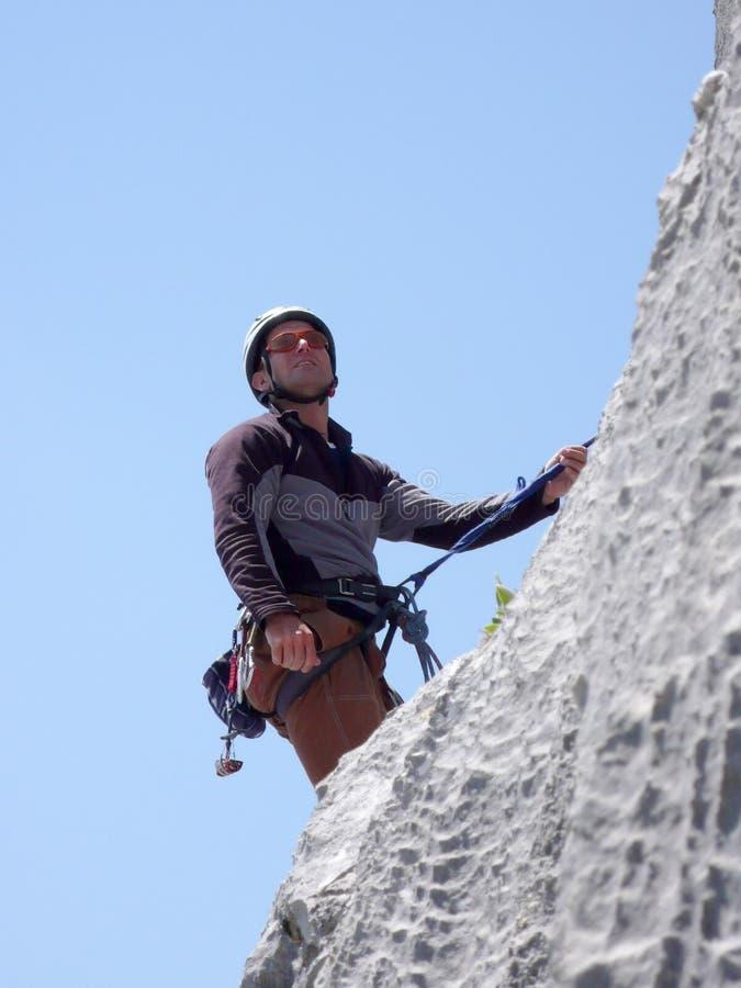 Αρσενικός ορειβάτης βουνών σε μια απότομη διαδρομή αναρρίχησης βράχου στις ελβετικές Άλπεις κοντά σε Klosters στοκ εικόνες