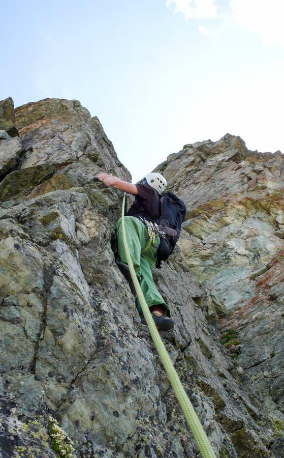 Αρσενικός ορειβάτης βράχου σε έναν απότομο γρανίτη που αναρριχείται στη διαδρομή στις ελβετικές Άλπεις κοντά στο ST Moritz στοκ φωτογραφία με δικαίωμα ελεύθερης χρήσης