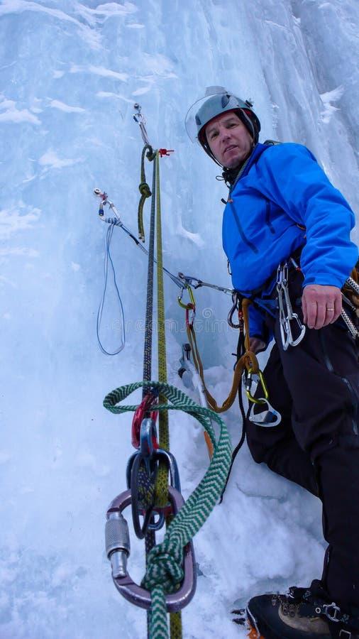 Αρσενικός ορειβάτης πάγου σε μια belay θέση σε μια απότομη παγόπτωση στις Άλπεις στοκ φωτογραφίες με δικαίωμα ελεύθερης χρήσης