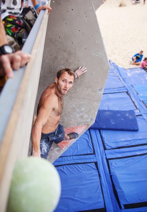 Αρσενικός ορειβάτης πριν από το άλμα στη τοπ λαβή στοκ φωτογραφία με δικαίωμα ελεύθερης χρήσης