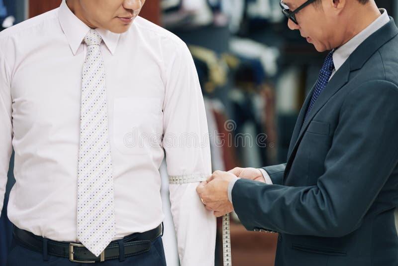 Αρσενικός πελάτης στο ατελιέ στοκ εικόνα με δικαίωμα ελεύθερης χρήσης