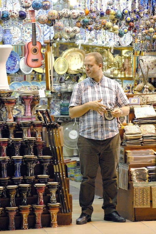 Αρσενικός πωλητής στο μεγάλο Bazaar στη Ιστανμπούλ, Τουρκία στοκ φωτογραφία