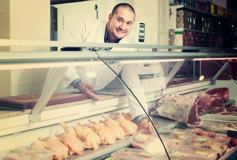 Αρσενικός πωλητής στο halal τμήμα στην υπεραγορά στοκ εικόνα