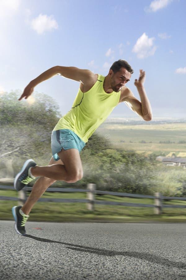 Αρσενικός δρομέας που τρέχει γρήγορα κατά τη διάρκεια υπαίθρια να εκπαιδεύσει για το τρέξιμο μαραθωνίου στοκ εικόνες