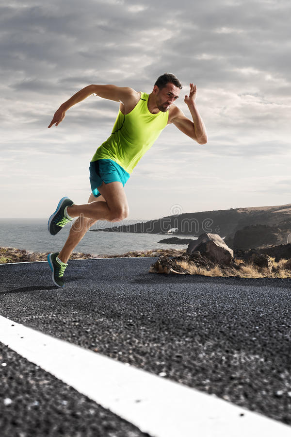 Αρσενικός δρομέας που τρέχει γρήγορα κατά τη διάρκεια υπαίθρια να εκπαιδεύσει για το τρέξιμο μαραθωνίου στοκ φωτογραφία με δικαίωμα ελεύθερης χρήσης