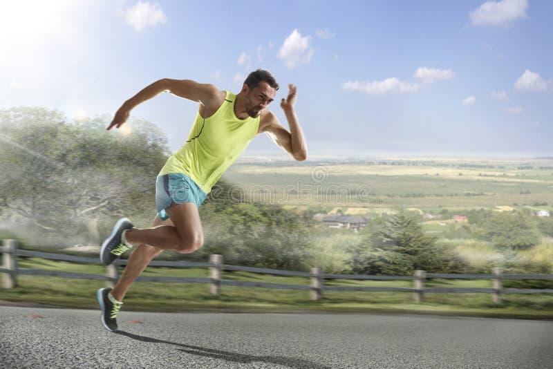 Αρσενικός δρομέας που τρέχει γρήγορα κατά τη διάρκεια υπαίθρια να εκπαιδεύσει για το τρέξιμο μαραθωνίου στοκ εικόνα με δικαίωμα ελεύθερης χρήσης