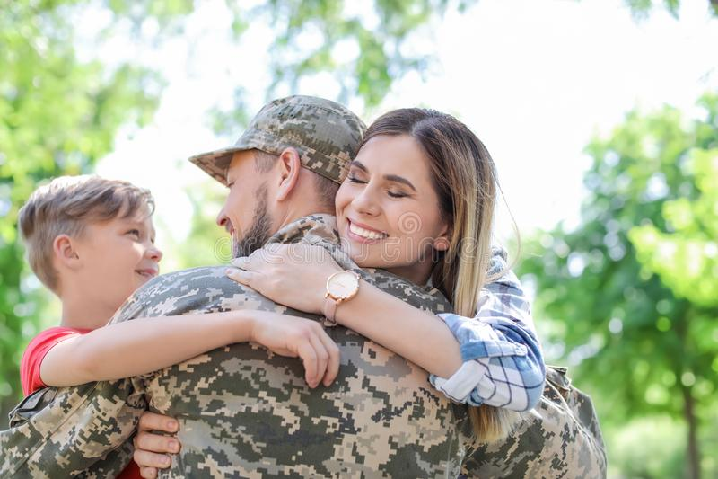 Αρσενικός στρατιώτης με την οικογένειά του, υπαίθρια Στρατιωτική υπηρεσία στοκ φωτογραφίες με δικαίωμα ελεύθερης χρήσης