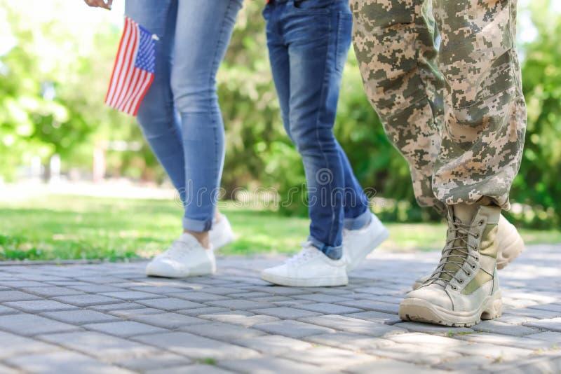 Αρσενικός στρατιώτης με την οικογένειά του υπαίθρια στοκ εικόνα