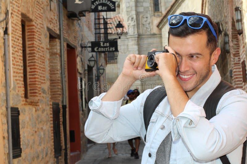 Αρσενικός τουρίστας που σπάζει απότομα μια φωτογραφία στοκ φωτογραφίες