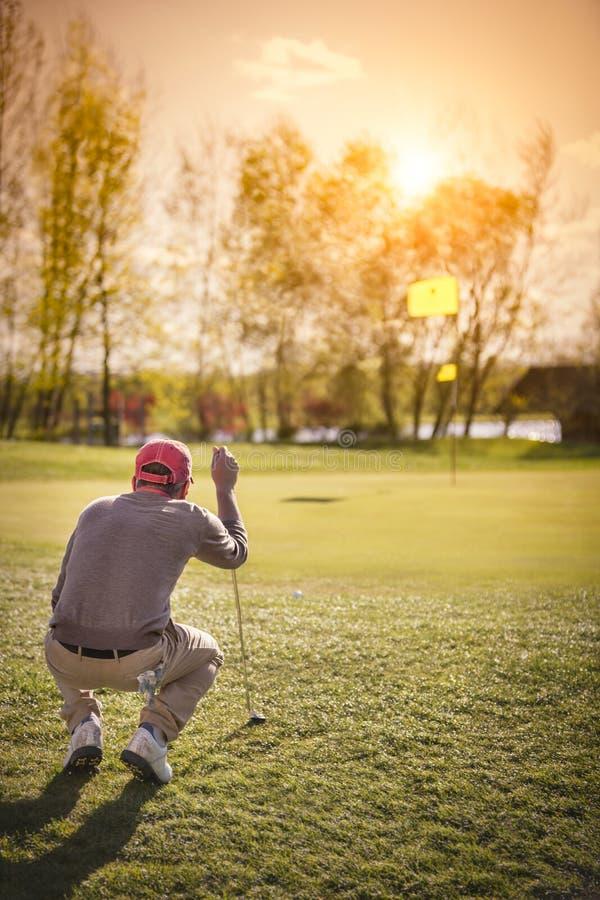 Αρσενικός φορέας γκολφ σε πράσινο στοκ εικόνες με δικαίωμα ελεύθερης χρήσης