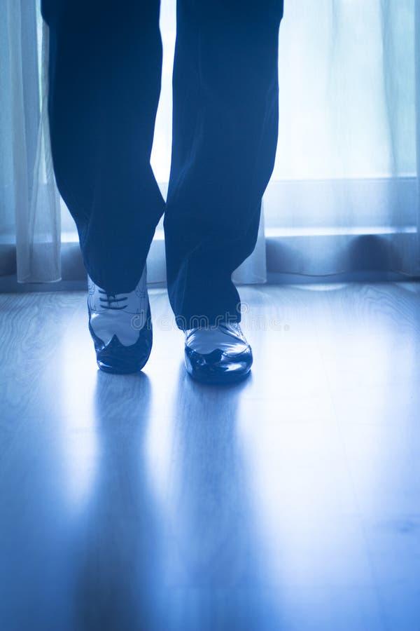 Αρσενικός χορευτής δασκάλων χορού αιθουσών χορού ποδιών ποδιών παπουτσιών στοκ εικόνες με δικαίωμα ελεύθερης χρήσης