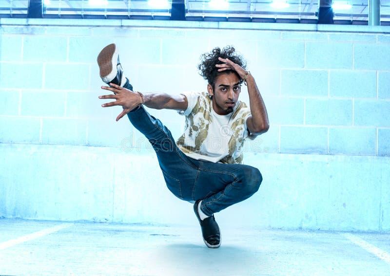 Αρσενικός χορευτής χιπ χοπ που χορεύει μέσα σε ένα κτήριο στοκ φωτογραφία με δικαίωμα ελεύθερης χρήσης