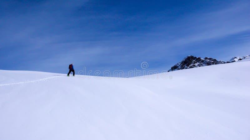 Αρσενικός backcountry σκιέρ που αναρριχείται σε ένα βουνό μια όμορφη χειμερινή ημέρα στις Άλπεις κοντά στο ST Moritz στοκ φωτογραφίες
