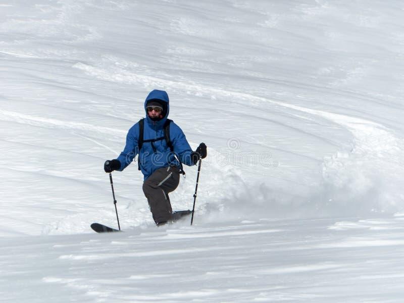 Αρσενικός backcountry σκιέρ telemark που κάνει σκι στις Άλπεις στη φρέσκια σκόνη στοκ φωτογραφία