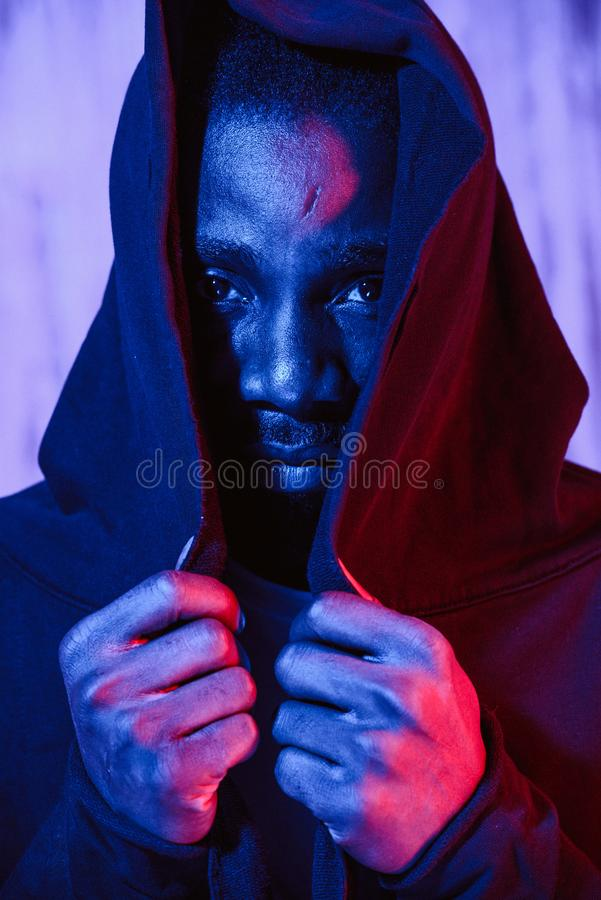 Αρσενικό αφροαμερικάνων που καλύπτει το πρόσωπο στο hoodie στοκ φωτογραφίες