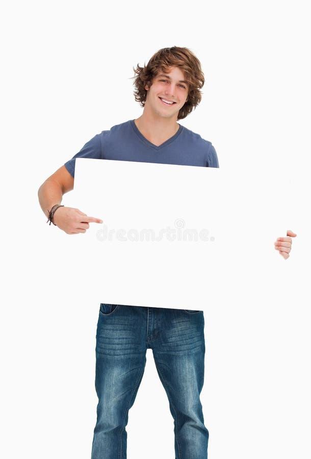 αρσενικό δείχνοντας λευκό σπουδαστών εκμετάλλευσης χαρτονιών στοκ εικόνες