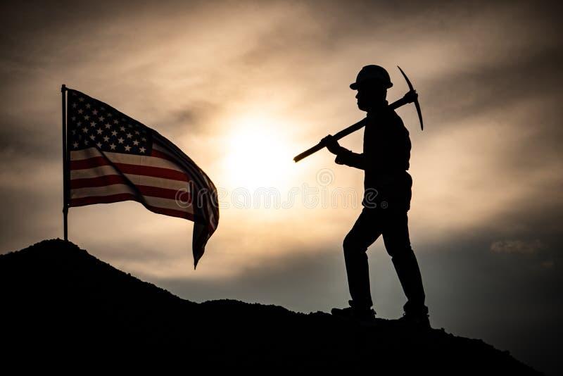 Αρσενικό εργατών σκιαγραφιών με σημαία των Ηνωμένων Πολιτειών στοκ εικόνες