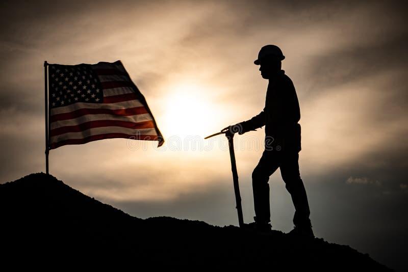 Αρσενικό εργατών σκιαγραφιών με σημαία των Ηνωμένων Πολιτειών στοκ εικόνα με δικαίωμα ελεύθερης χρήσης