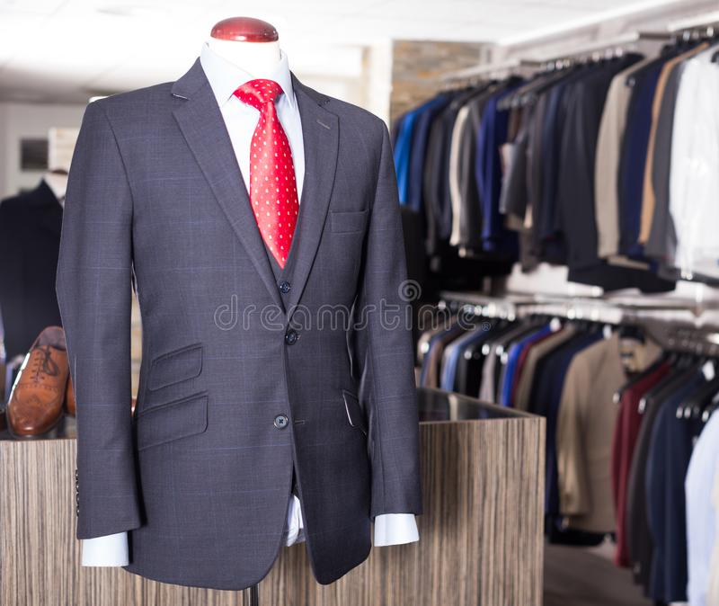 Αρσενικό κοστούμι σε ένα μανεκέν στα άτομα που ντύνουν το κατάστημα στοκ φωτογραφίες με δικαίωμα ελεύθερης χρήσης