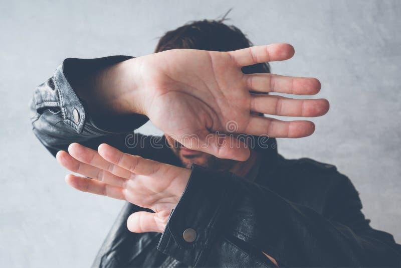 Αρσενικό κρύβοντας πρόσωπο προσωπικοτήτων από τους φωτογράφους παπαράτσι στοκ φωτογραφία με δικαίωμα ελεύθερης χρήσης