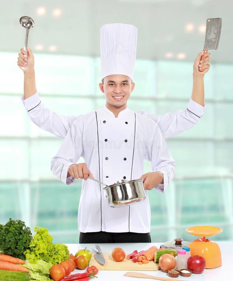 Αρσενικό μαγείρεμα αρχιμαγείρων στην κουζίνα στοκ φωτογραφίες