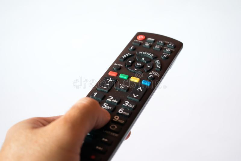 Αρσενικό μεταβαλλόμενο κανάλι χεριών με τον τηλεχειρισμό στοκ φωτογραφία με δικαίωμα ελεύθερης χρήσης