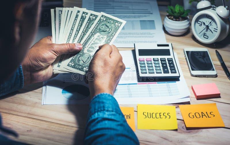 Αρσενικό με κάποια χρήματα σε διαθεσιμότητα Αποταμίευση, τραπεζική έννοια στοκ φωτογραφίες