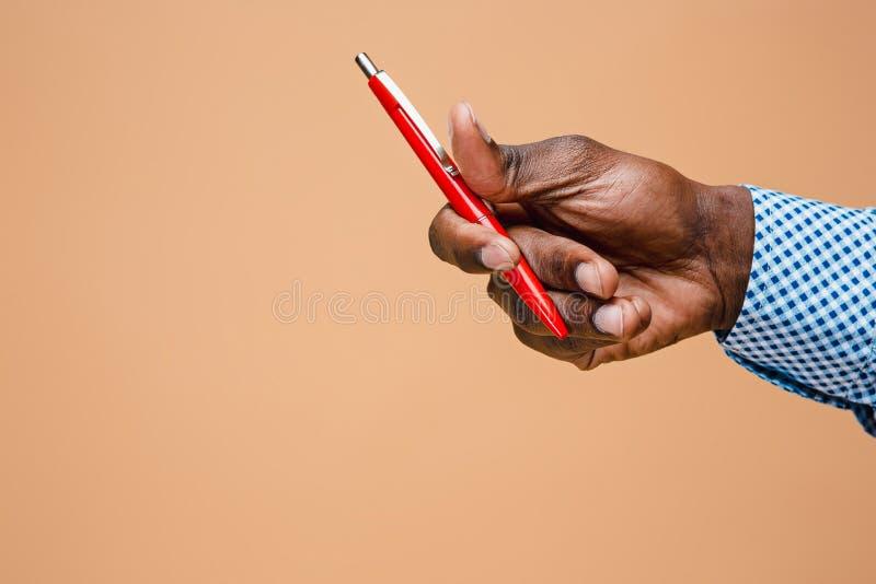 Αρσενικό μολύβι εκμετάλλευσης χεριών, που απομονώνεται στοκ φωτογραφίες
