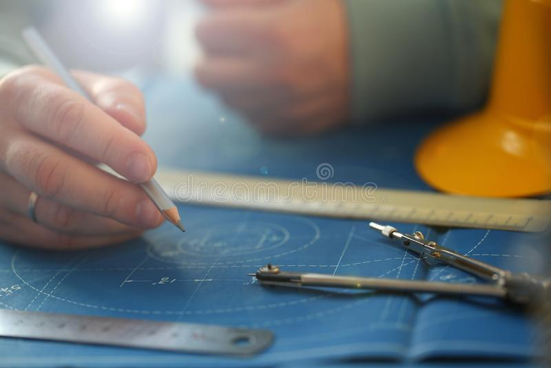 Αρσενικό μολύβι εκμετάλλευσης χεριών υπό εξέταση στοκ εικόνες