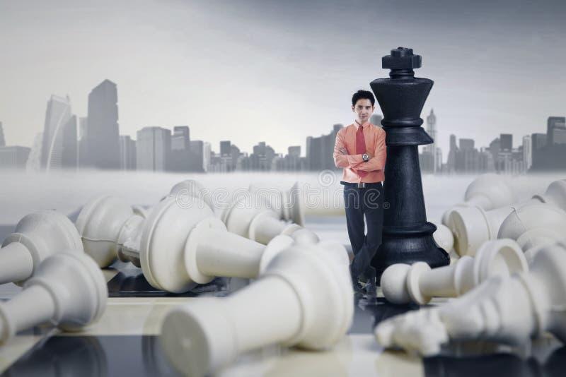 Αρσενικό παιχνίδι σκακιού επιχειρηματιών κερδίζοντας στοκ φωτογραφία