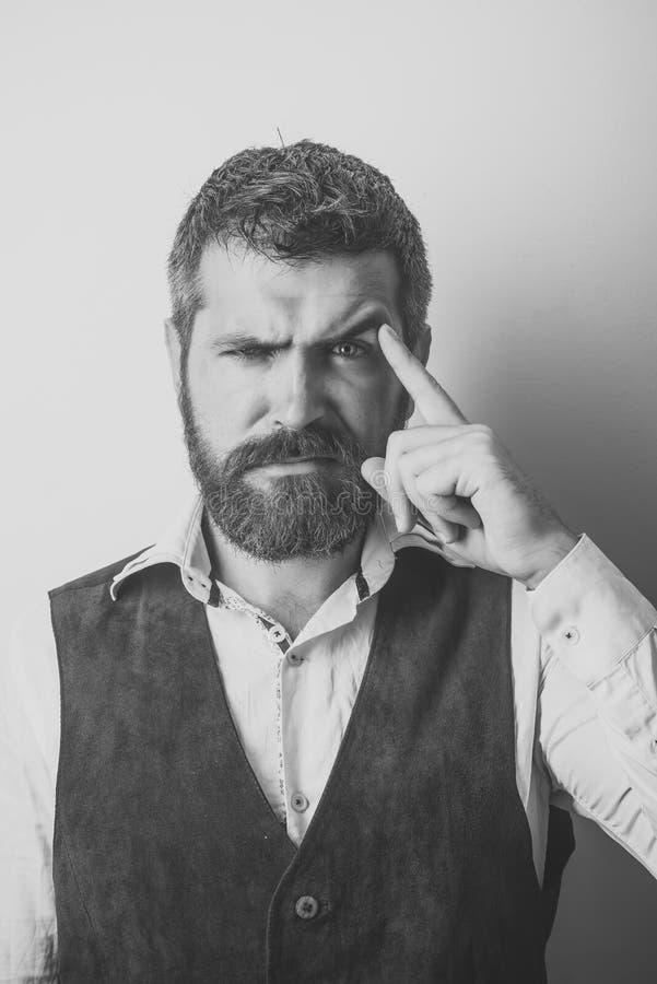 Αρσενικό πρόσωπο Ζητήματα που έχουν επιπτώσεις στο αγόρι Άτομο με τη μακριά γενειάδα και mustache στο στοχαστικό πρόσωπο στοκ φωτογραφία