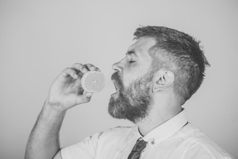 Αρσενικό πρόσωπο Ζητήματα που έχουν επιπτώσεις στο αγόρι Εσπεριδοειδή βιταμινών στο hipster στο κίτρινο υπόβαθρο στοκ φωτογραφίες με δικαίωμα ελεύθερης χρήσης