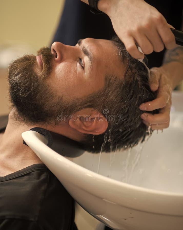 Αρσενικό πρόσωπο Ζητήματα που έχουν επιπτώσεις στο αγόρι Hipster με το σοβαρό πρόσωπο στο barbershop, νέα τεχνολογία στοκ εικόνα