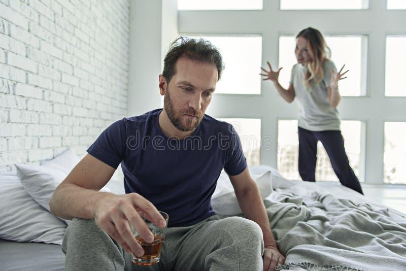 Αρσενικό πρόσωπο που πάσχει από τον εθισμό οινοπνεύματος στοκ εικόνες
