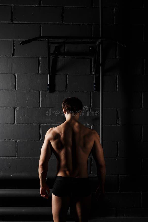Αρσενικό πρότυπο ικανότητας αθλητών μυϊκό που σηκώνει στον οριζόντιο φραγμό στοκ εικόνες