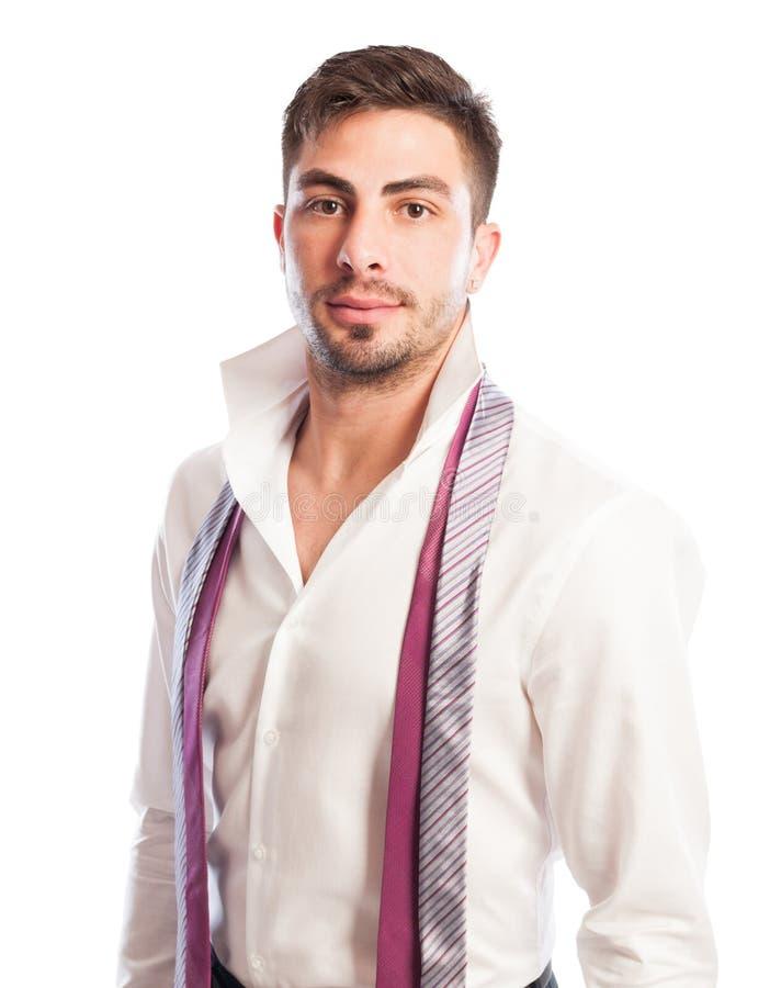Αρσενικό πρότυπο με το ανοικτό πουκάμισο περιλαίμιων και την ένωση δύο γραβατών στοκ φωτογραφίες με δικαίωμα ελεύθερης χρήσης
