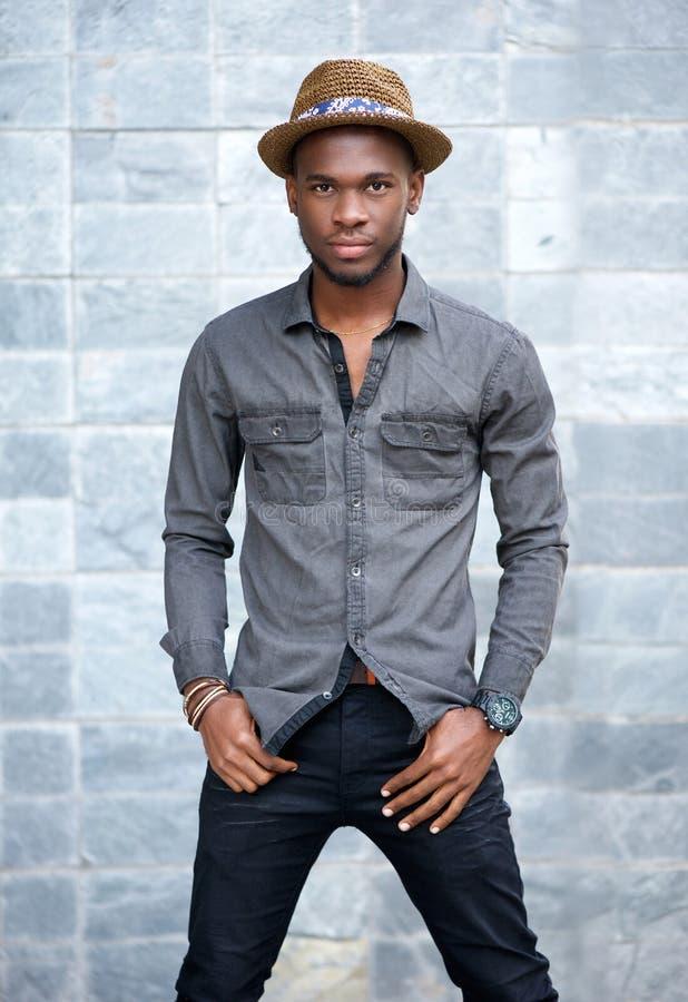 Αρσενικό πρότυπο μόδας αφροαμερικάνων με το καπέλο στοκ εικόνες