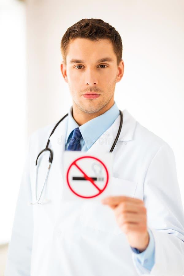 Αρσενικό σημάδι απαγόρευσης του καπνίσματος εκμετάλλευσης γιατρών στοκ εικόνες
