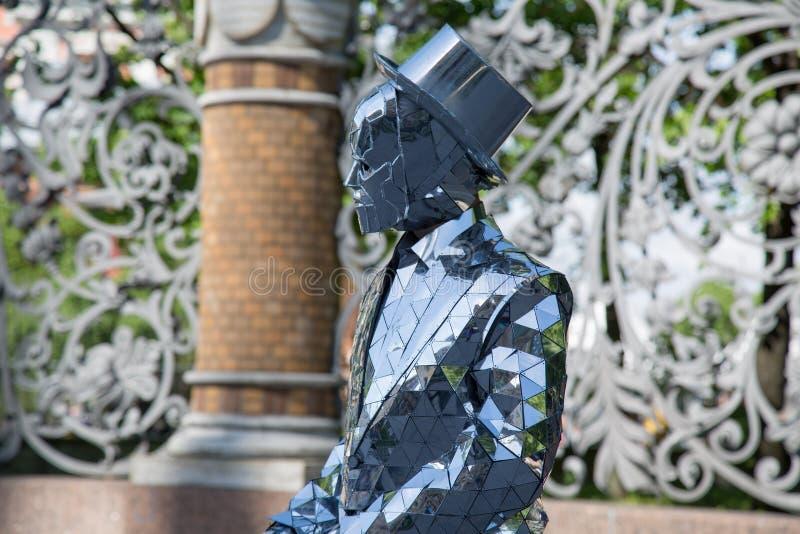 Αρσενικό στο επιχειρησιακό κοστούμι που καλύπτεται από τις σύγχρονες τεχνολογίες έννοιας καθρεφτών στοκ φωτογραφίες