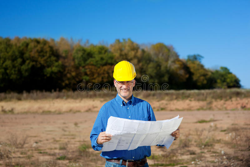 Αρσενικό σχεδιάγραμμα εκμετάλλευσης αρχιτεκτόνων στο εργοτάξιο οικοδομής στοκ φωτογραφία με δικαίωμα ελεύθερης χρήσης
