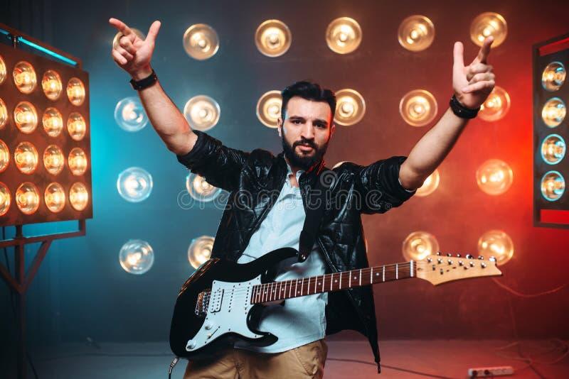 Αρσενικό σόλο musican με την ηλεκτρο κιθάρα στοκ φωτογραφίες