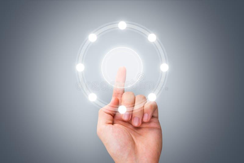 Αρσενικό σύγχρονο κουμπί συμπίεσης χεριών στην ψηφιακή διεπαφή οθόνης στοκ φωτογραφίες